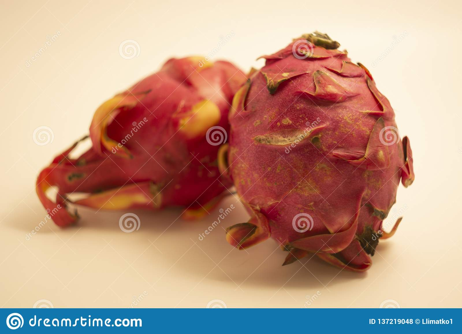 Rood Dragon Fruit dat op witte achtergrond wordt geïsoleerd