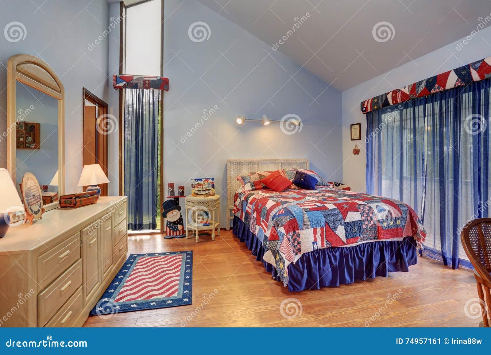 Slaapkamer Amerikaanse Stijl : Rood en blauw binnenland van gewelfde plafondslaapkamer in
