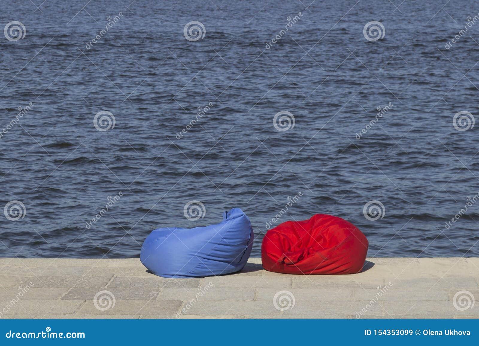 Rood en blauw strandkinderspel op de rivierbank Rust streek