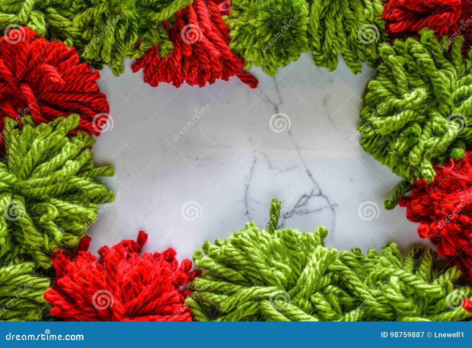 Rood en groen garen op marmeren achtergrond Concept DIY