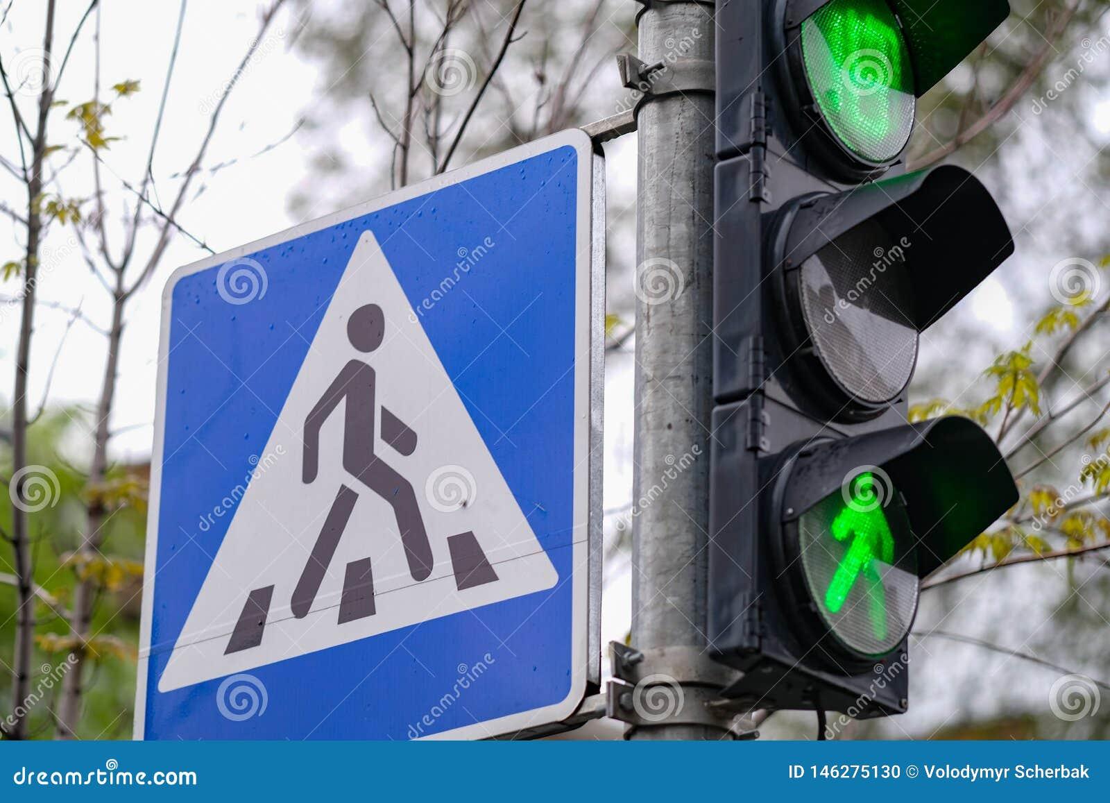 Rood, geel, groen groene kleur en voetgangersoversteekplaatsteken in een stad