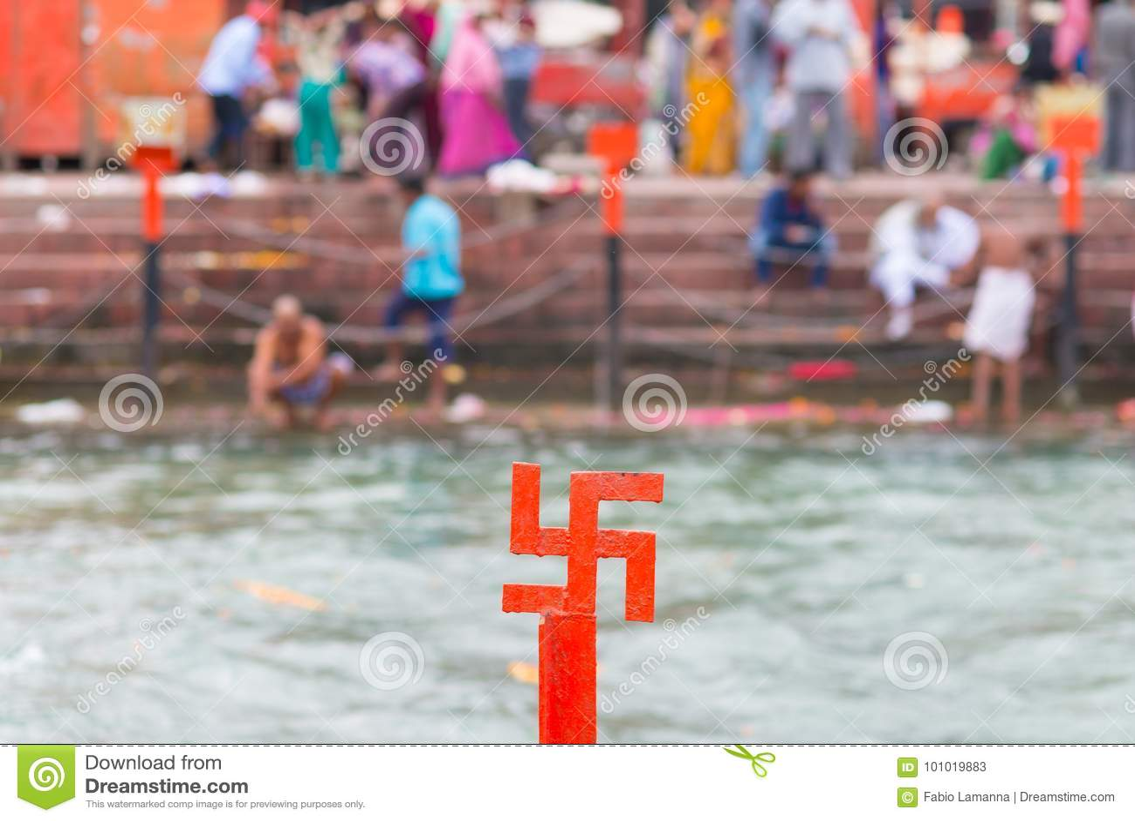Rood hakenkruiskruis op de Rivier van Ganges in Haridwar, India, heilige stad voor Hindoese Godsdienst Pelgrims die op ghats bade