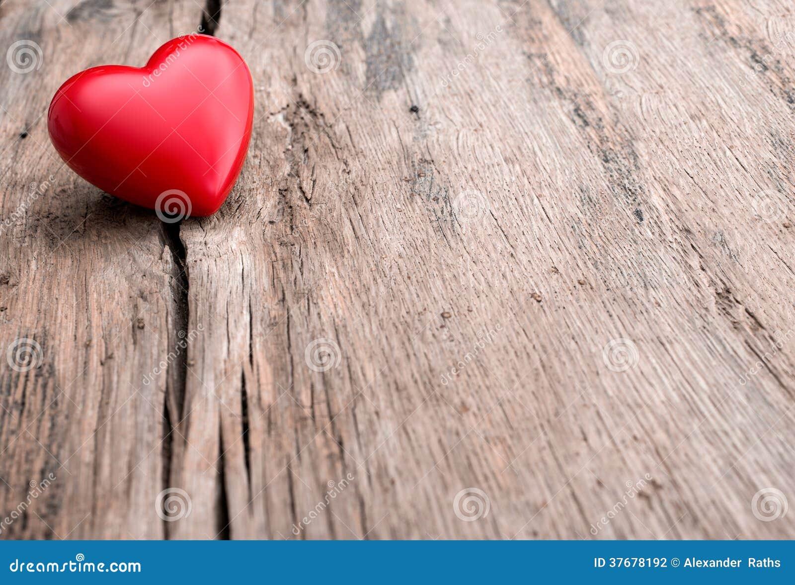 Rood hart in barst van houten plank