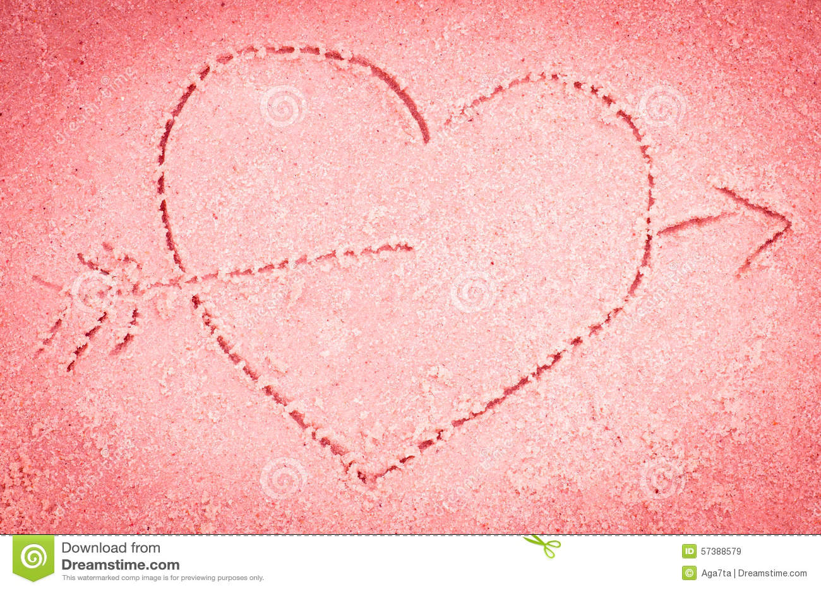 Rood hart die op zand trekken
