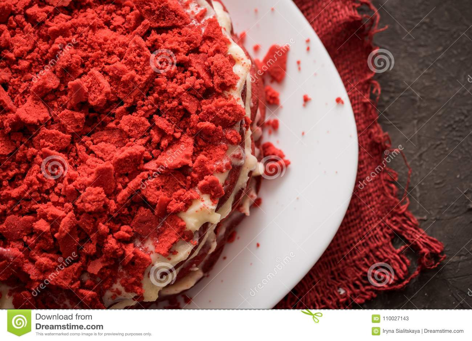 Rood het Canvasservet van de fluweelcake op een concrete donkergrijze achtergrond