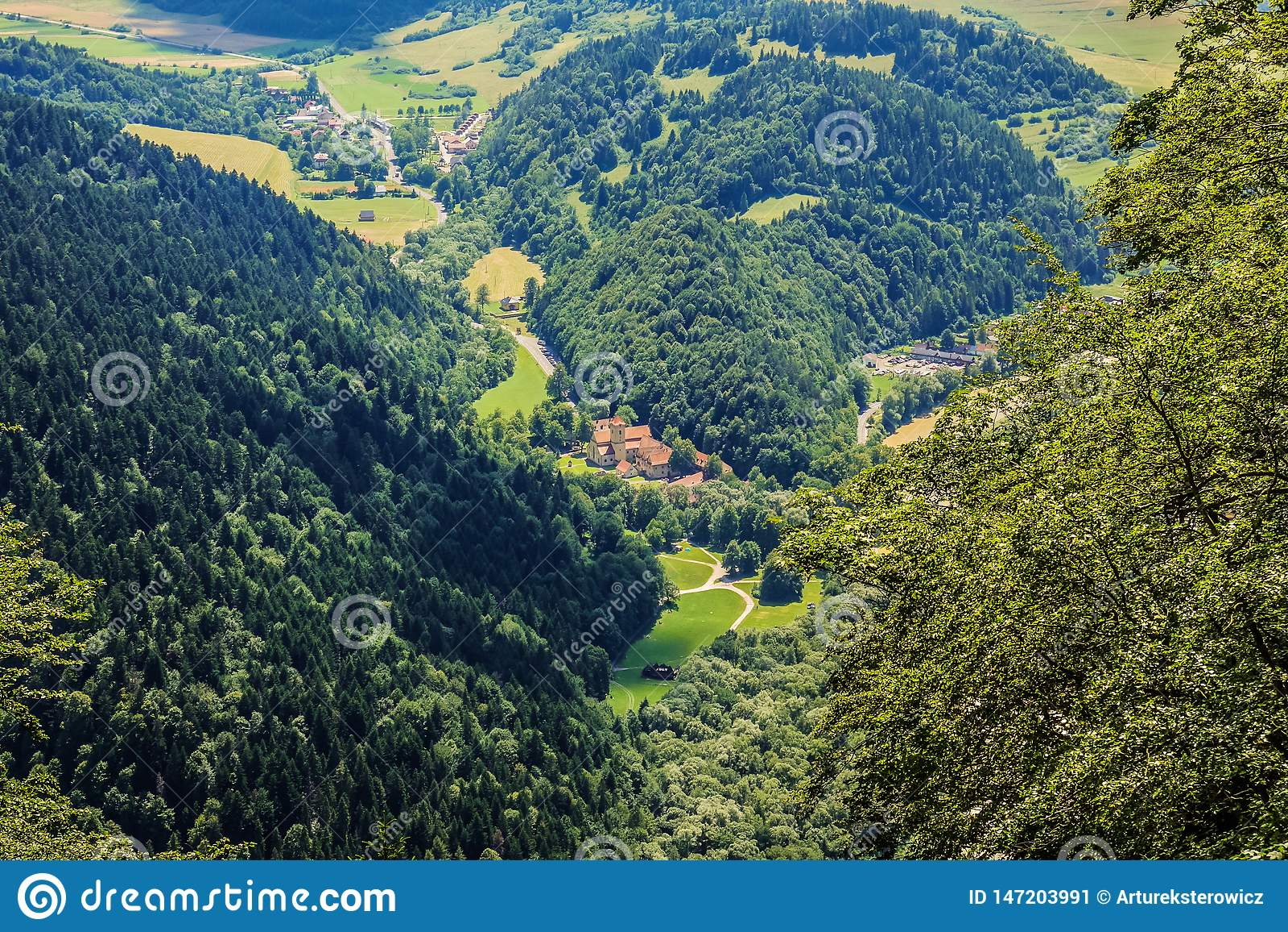 Rood klooster onder bomen op Slowakije