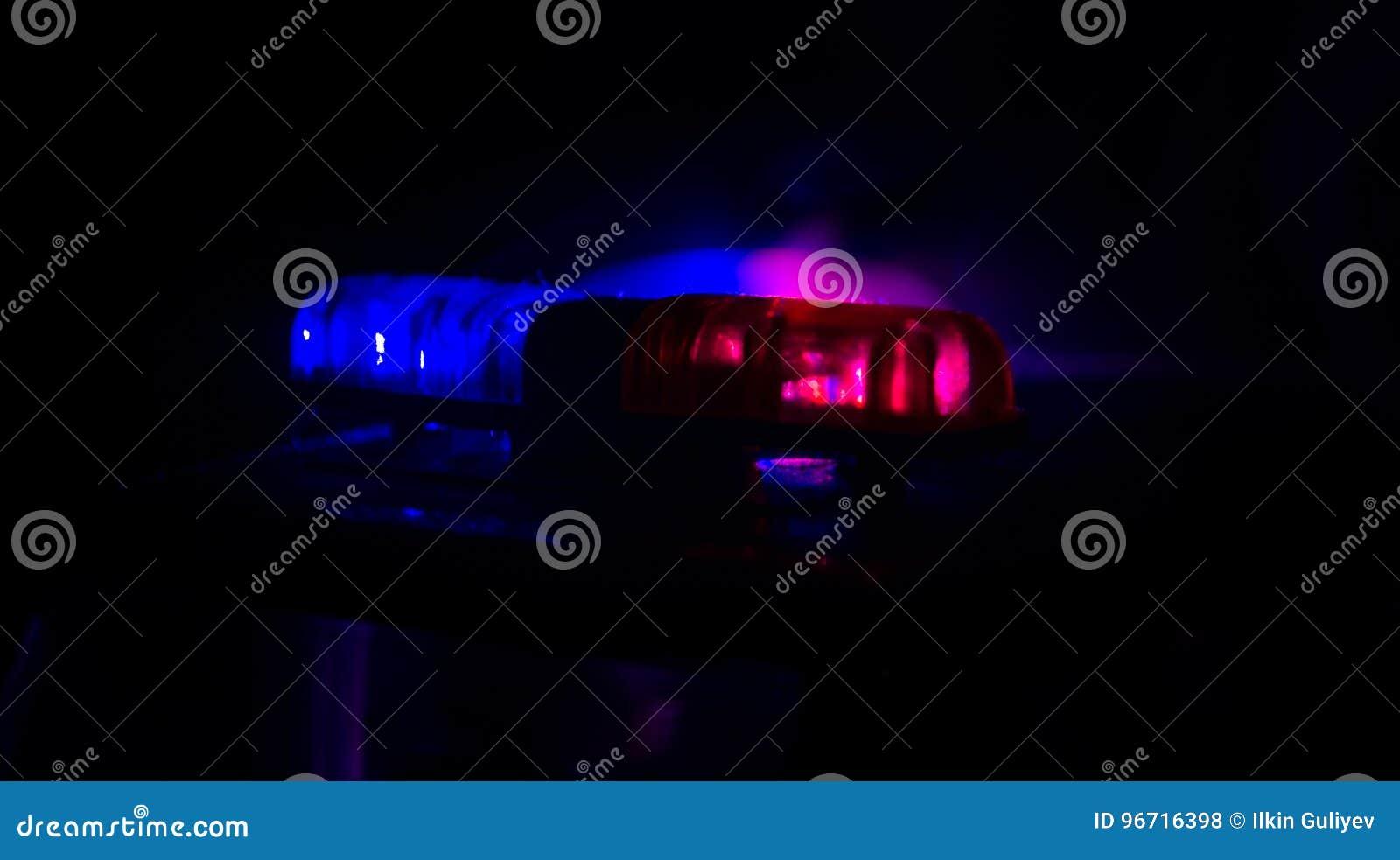 Rood lichtflitser boven op van een politiewagen Stadslichten op de achtergrond Het concept van de politieoverheid