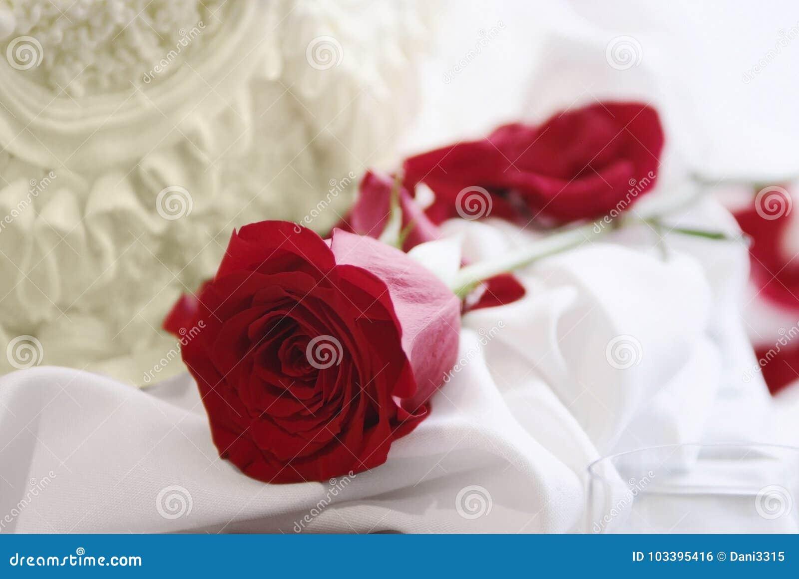 Rood nam en cake, huwelijk of valentijnskaartconcept toe