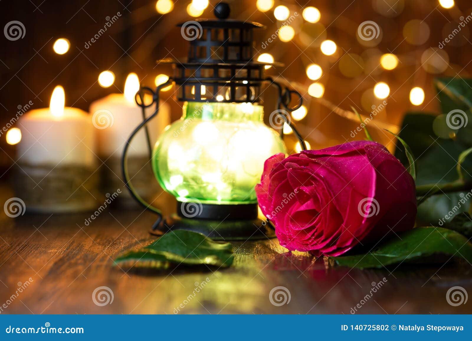 Rood nam en lantaarn met lichten op een houten lijst toe
