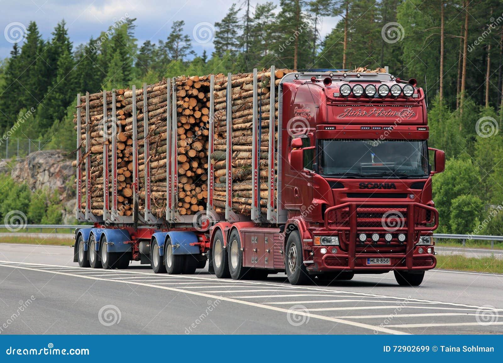 Rood Scania die de Houten Afstand van de Vrachtwagenpulp op Autosnelweg registreren