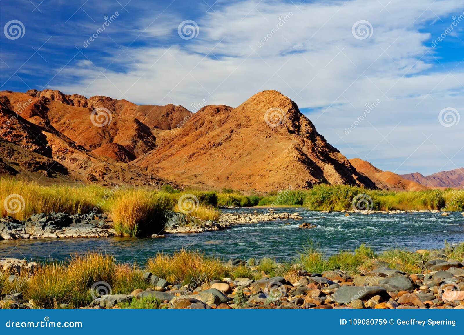 Roodachtige Bergenrivier en Blauwe Hemel