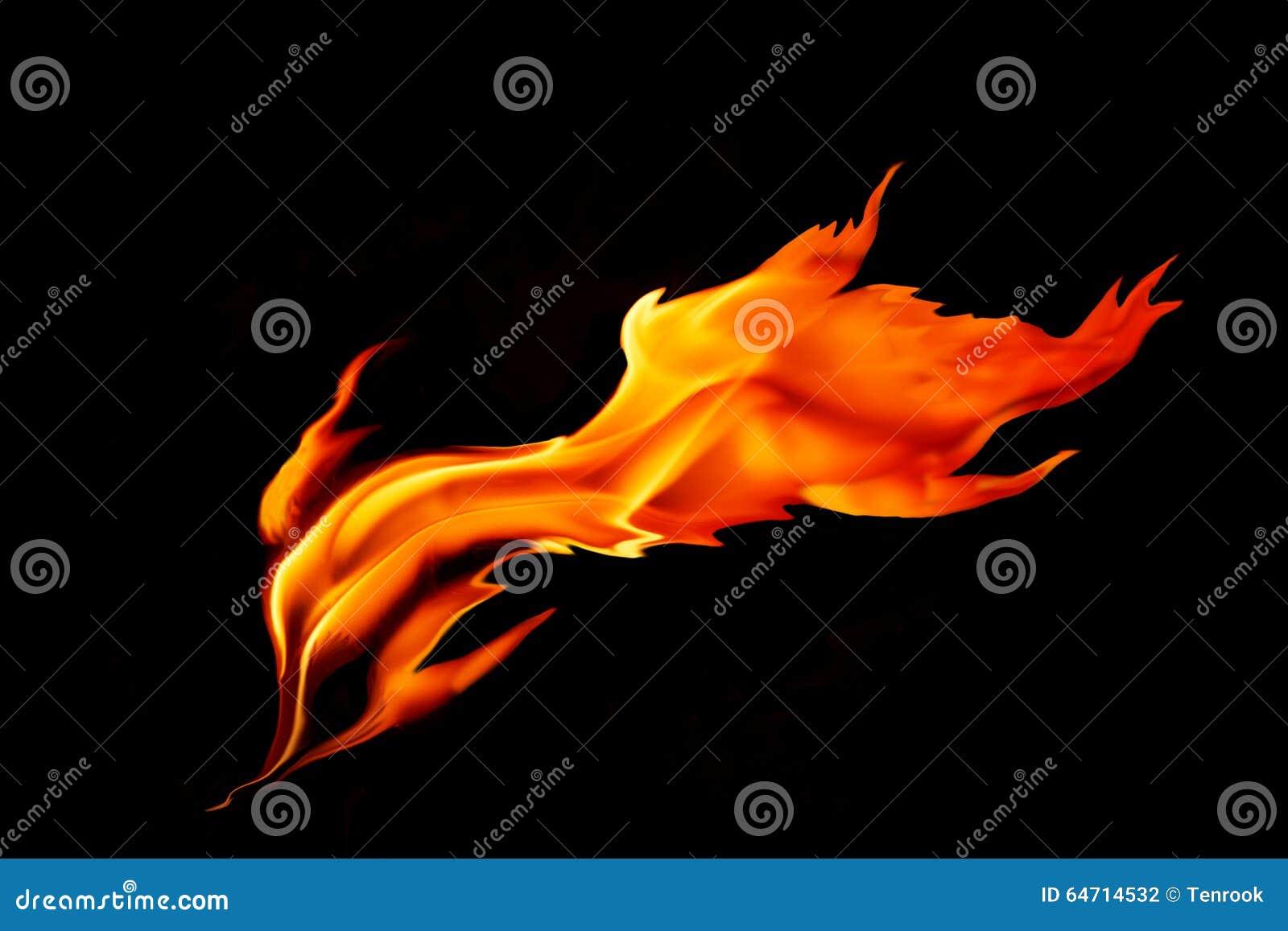 Roodgloeiende die vlam op zwarte achtergrond wordt geïsoleerd
