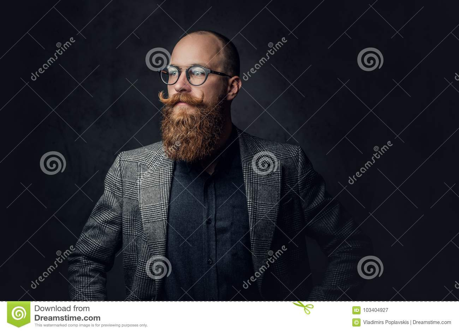 Roodharige gebaard mannetje in een kostuum