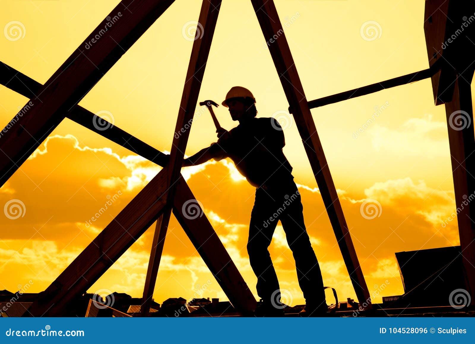 Roofer, costruttore che lavora alla struttura di tetto di costruzione sul cantiere