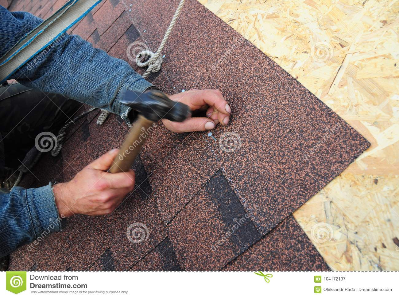 Roofer Install Asphalt Roof Shingles Sluit omhoog mening over Roofer Installation Asphalt Roofing Shingles Installation