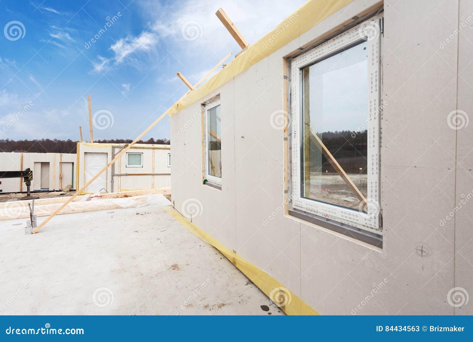 Roofererbauerarbeitskräfte mit dem Kran, der strukturelle Isolierplatten installiert, NIPPEN Errichtendes Energiesparendes Haus d