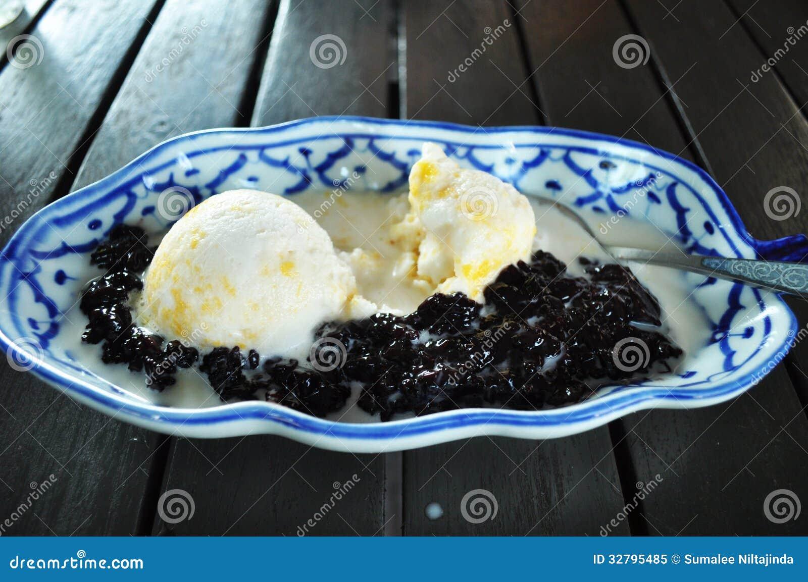 Roomijs met zwarte kleverige rijst