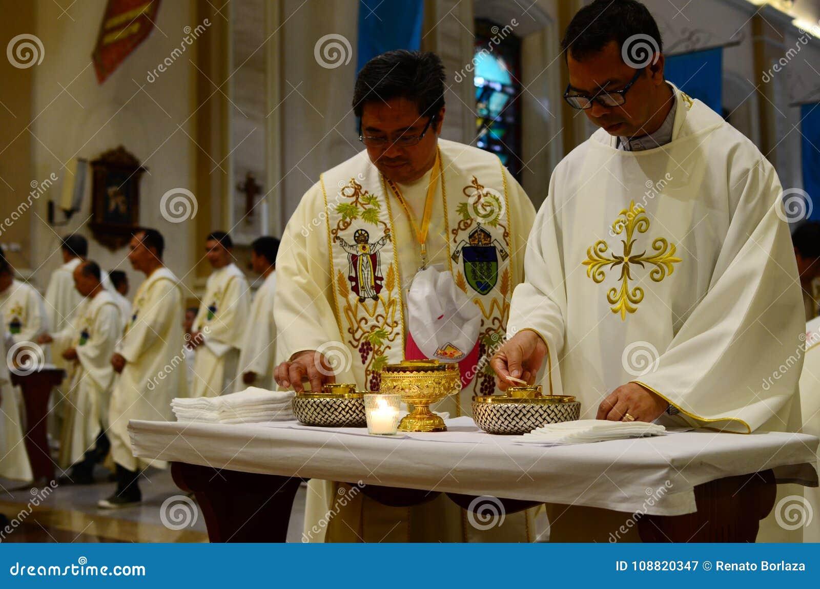 Rooms-katholieke priesters die kerkgemeenschap nemen tijdens congregatiemassa
