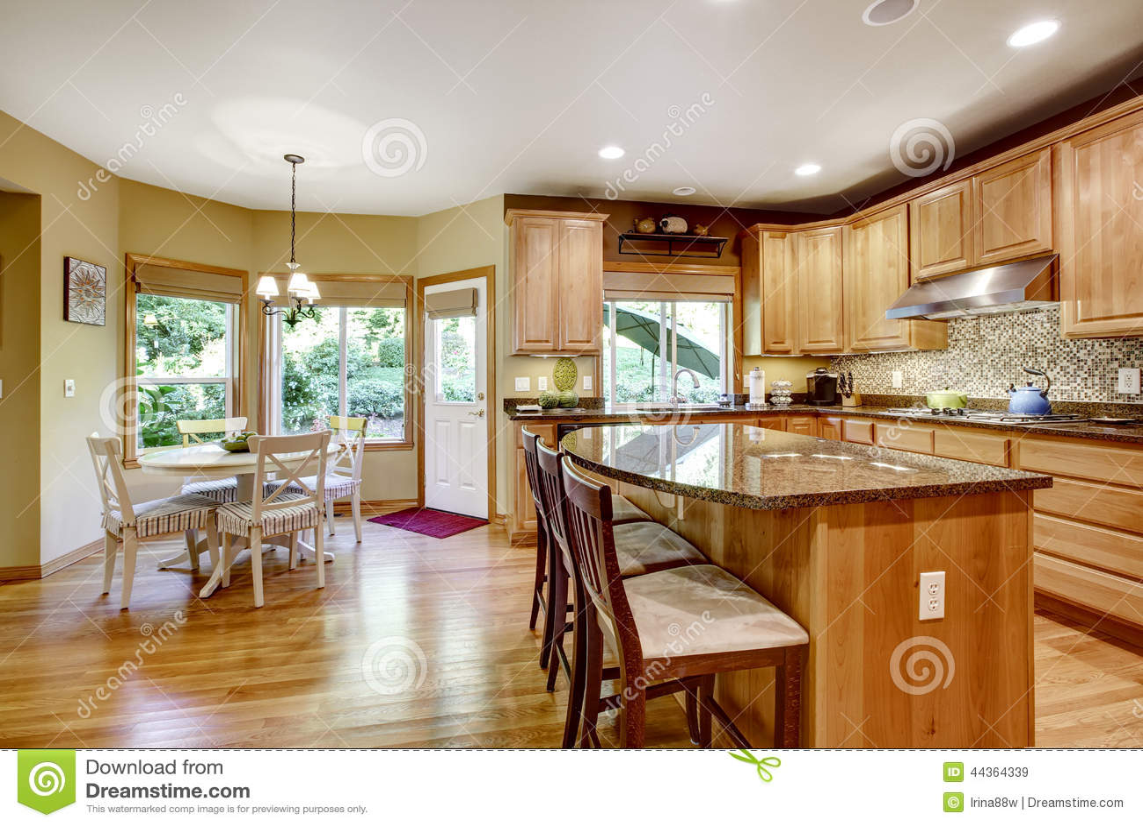 Rooom Moderno Da Cozinha Com Partes Superiores Da Ilha E Do Granito