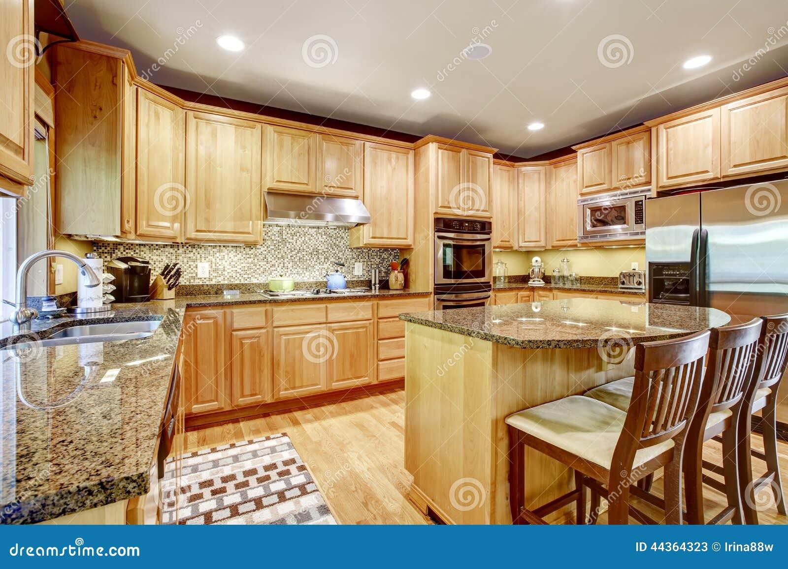 Rooom moderno della cucina con le cime del granito e dell isola
