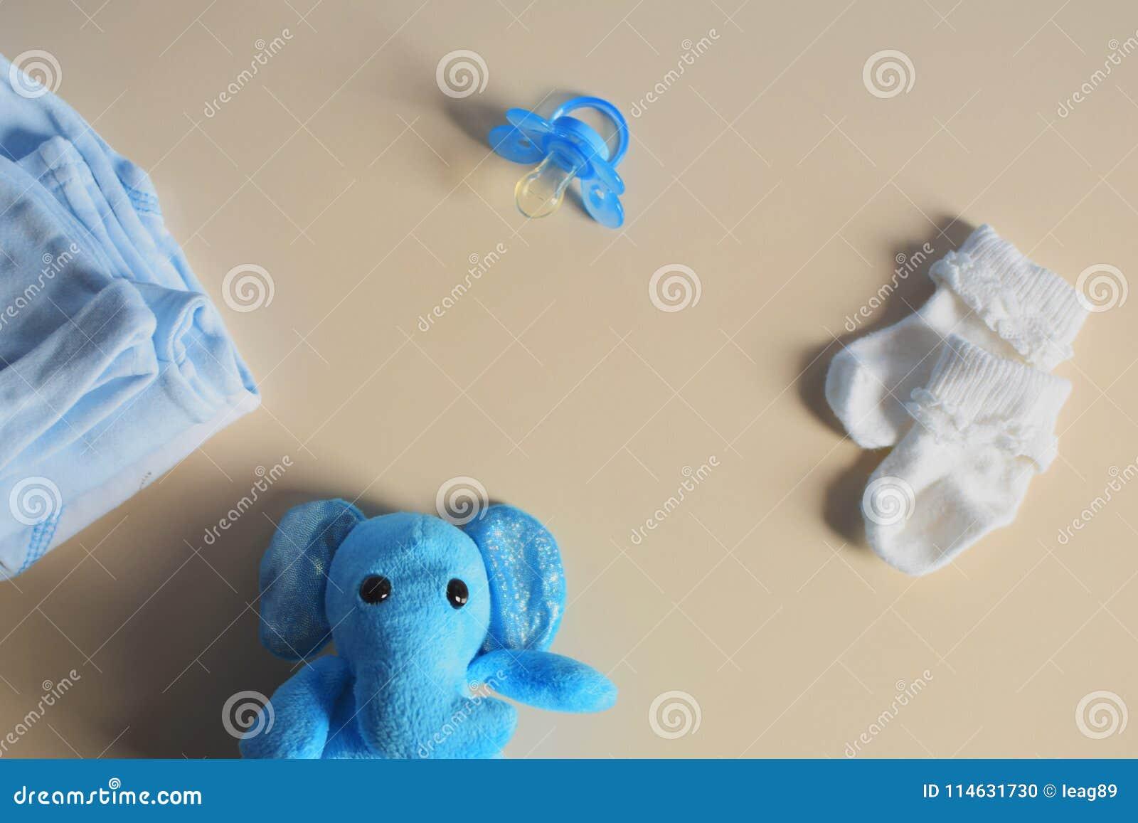 Ropa azul del elefante y del bebé del juguete
