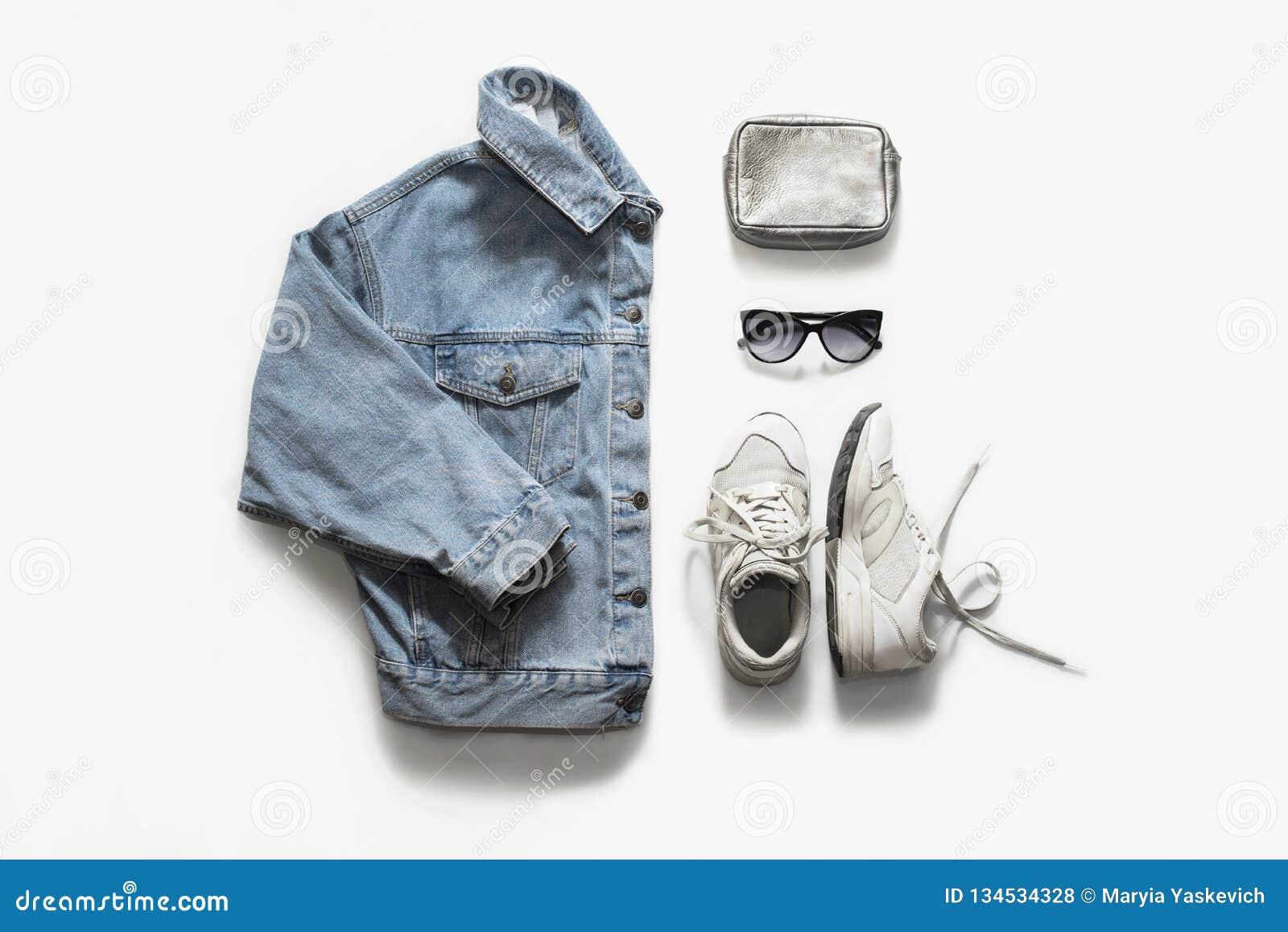 Ropa casual de la moda y sistema accesorio en el fondo blanco Chaqueta de Jean, zapatillas de deporte, gafas de sol, bolso Endech