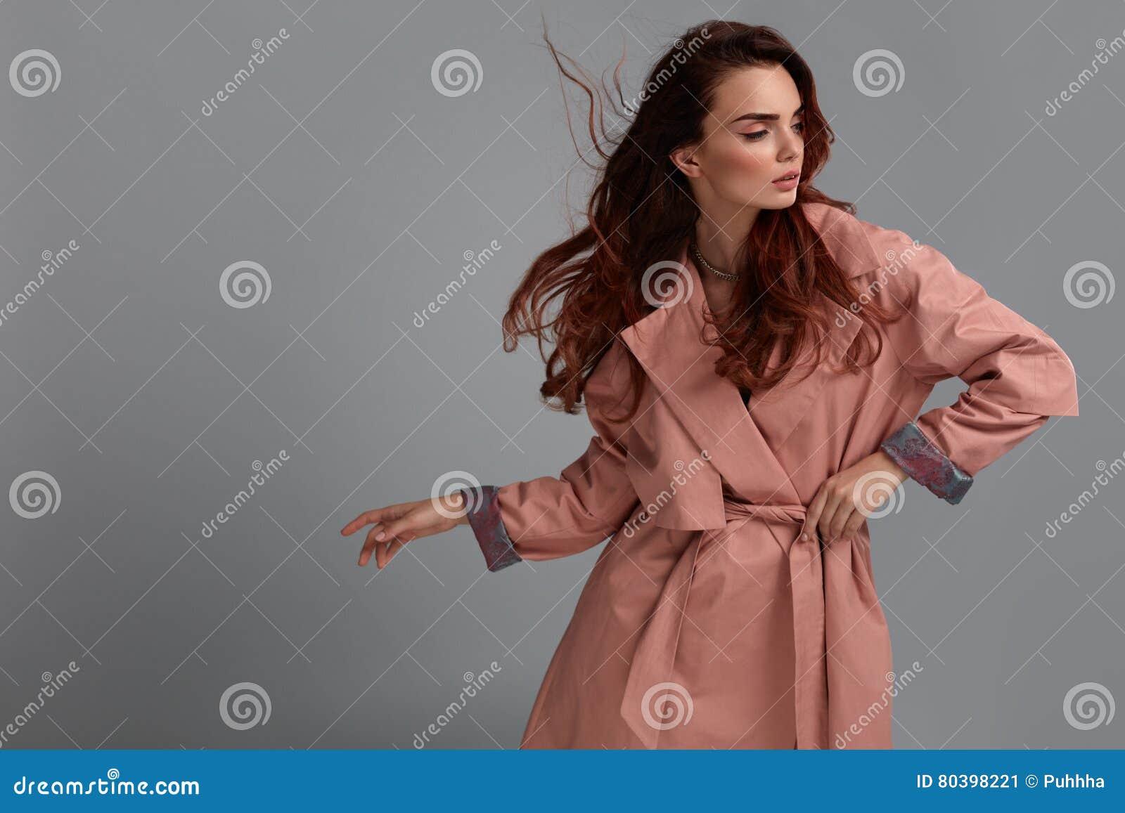 Ropa de Girl Wearing Fashionable del modelo de moda en estudio estilo