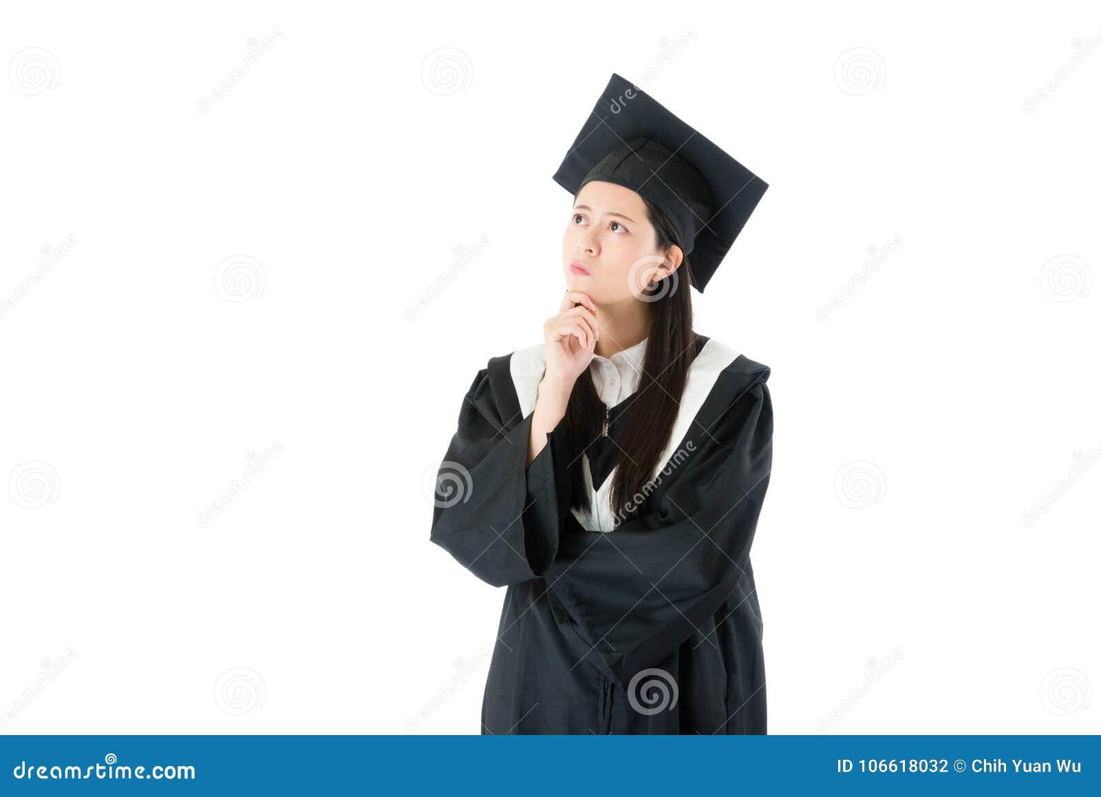746260d69 Ropa de la graduación del estudiante que lleva bastante atractivo cuando  ella acabó el diploma de la universidad que estudiaba la clase y la  situación en ...