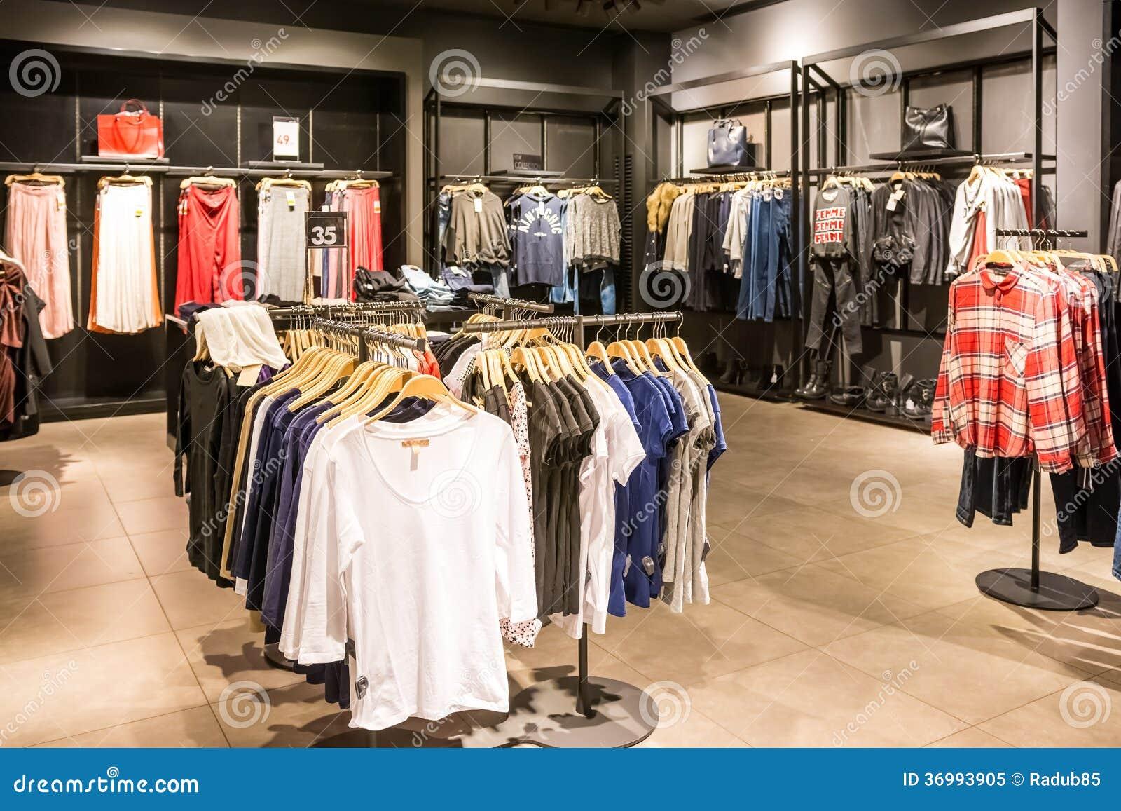 Ropa de la moda en los estantes en tienda de la ropa de la - Estanteria para ropa ...