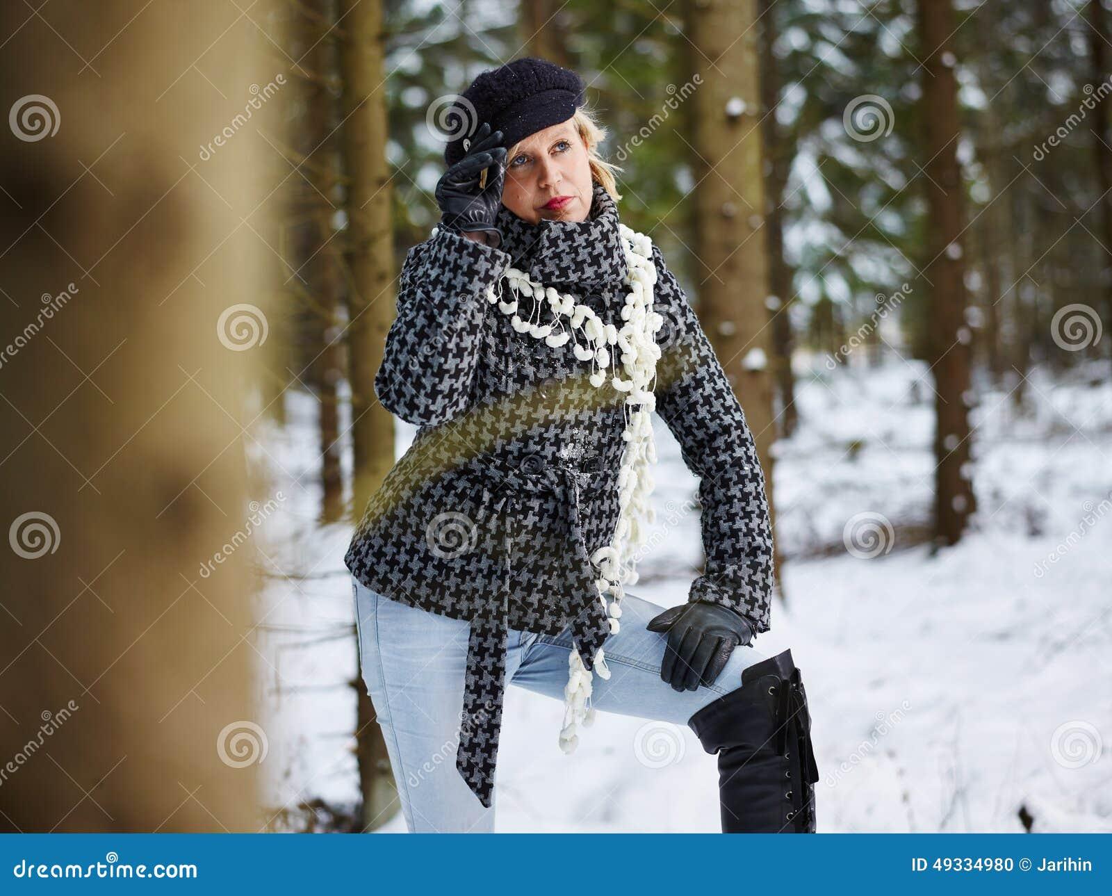 Ropa de la mujer de moda y del invierno - escena rural
