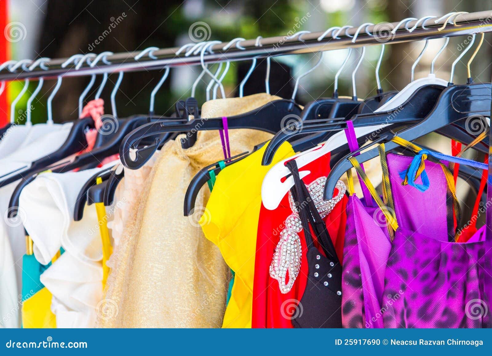 Ropa de moda en perchas foto de archivo imagen 25917690 - Perchas para ropa de bebe ...