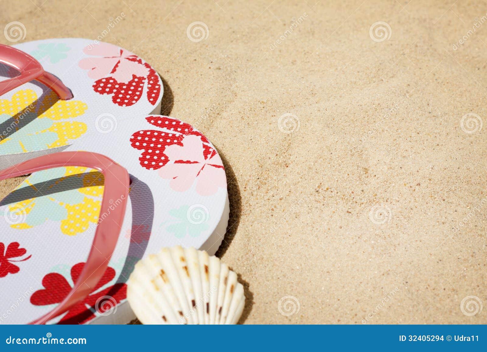 Ropa de playa en el fondo de las vacaciones del día de fiesta del mar