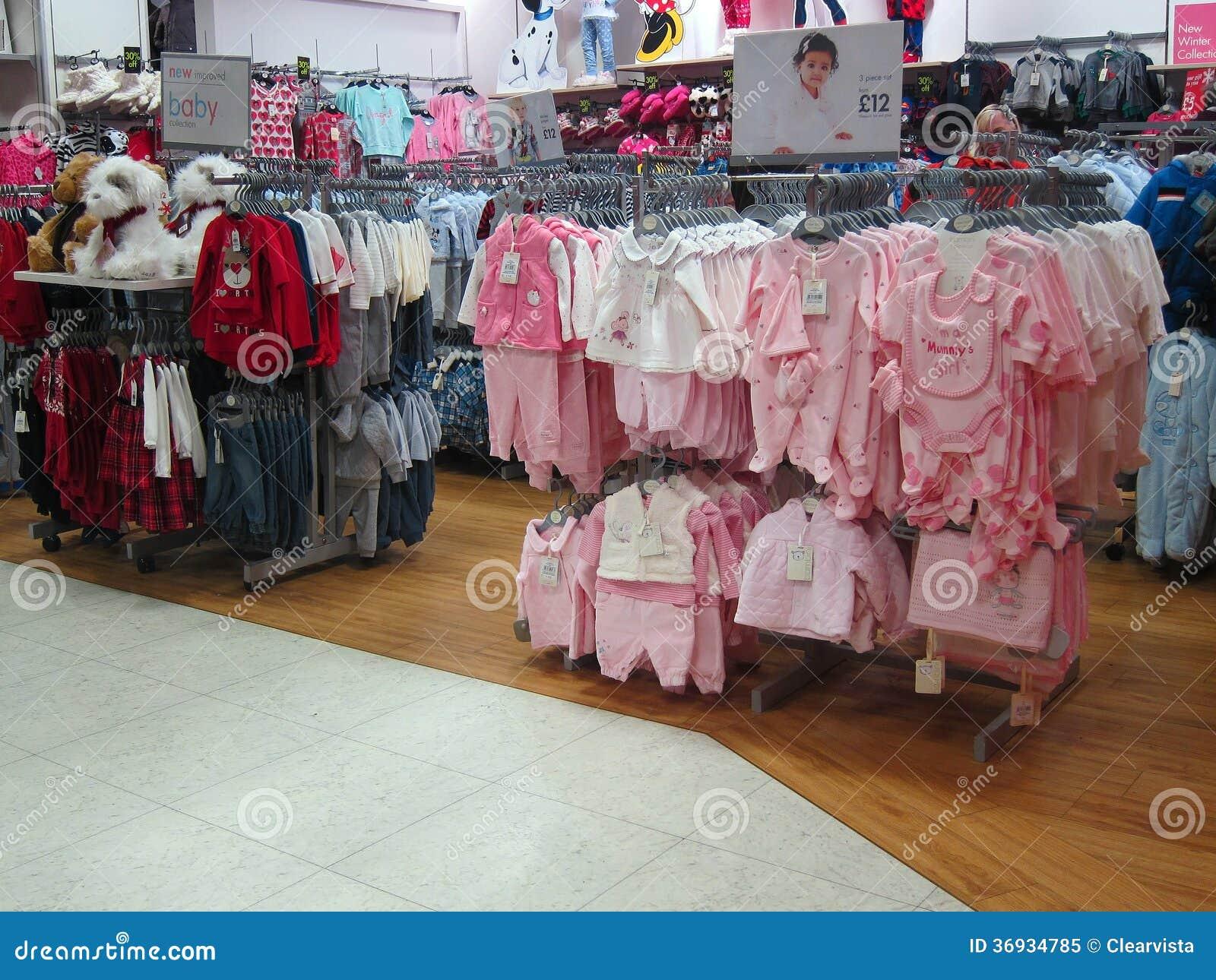 e203c8f98 Ropa Del Bebé Para La Venta En Una Tienda. Imagen editorial - Imagen ...