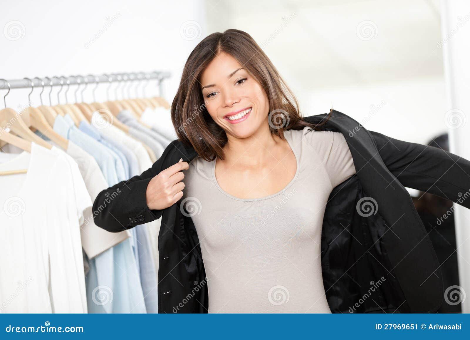 14a686e900bfa8 Las compras de la mujer para el traje de negocios visten en la tienda de  ropa que intenta en la chaqueta para la empresaria. Mujer de negocios  profesional ...