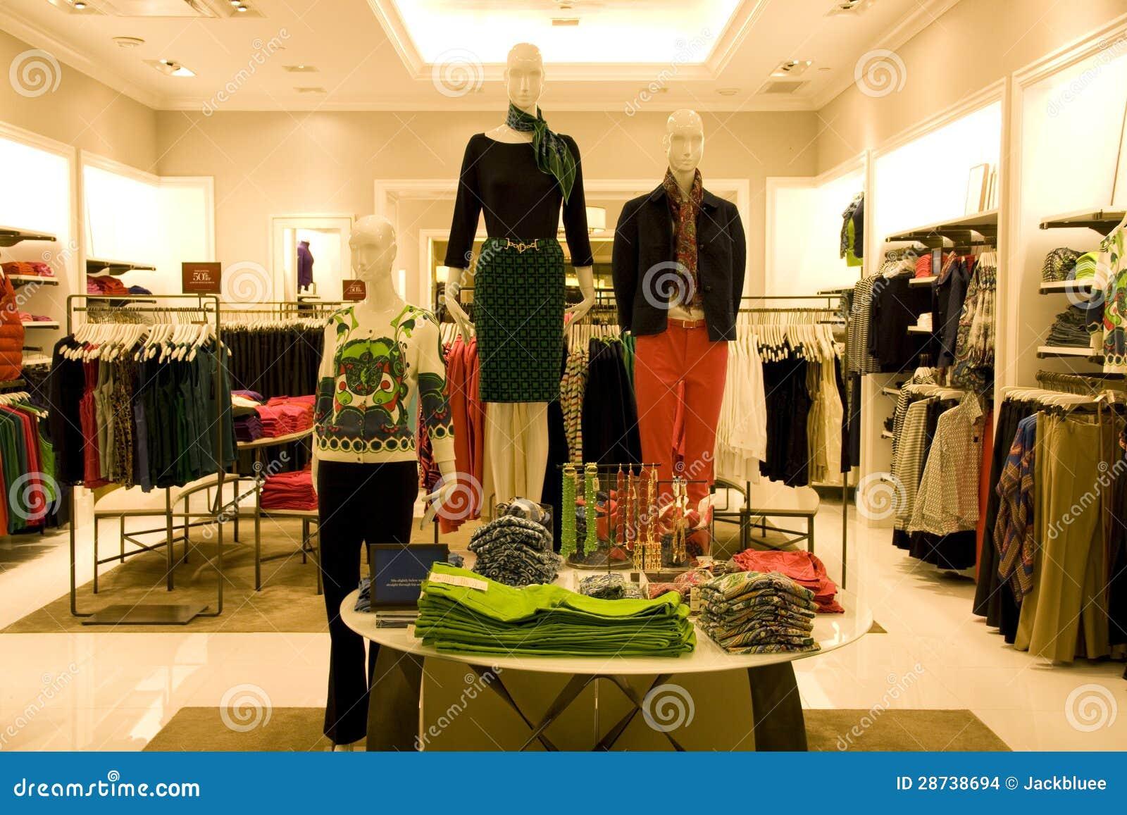 e3fa1fceb Ropa Elegante De La Mujer En Tienda Foto de archivo - Imagen de ...