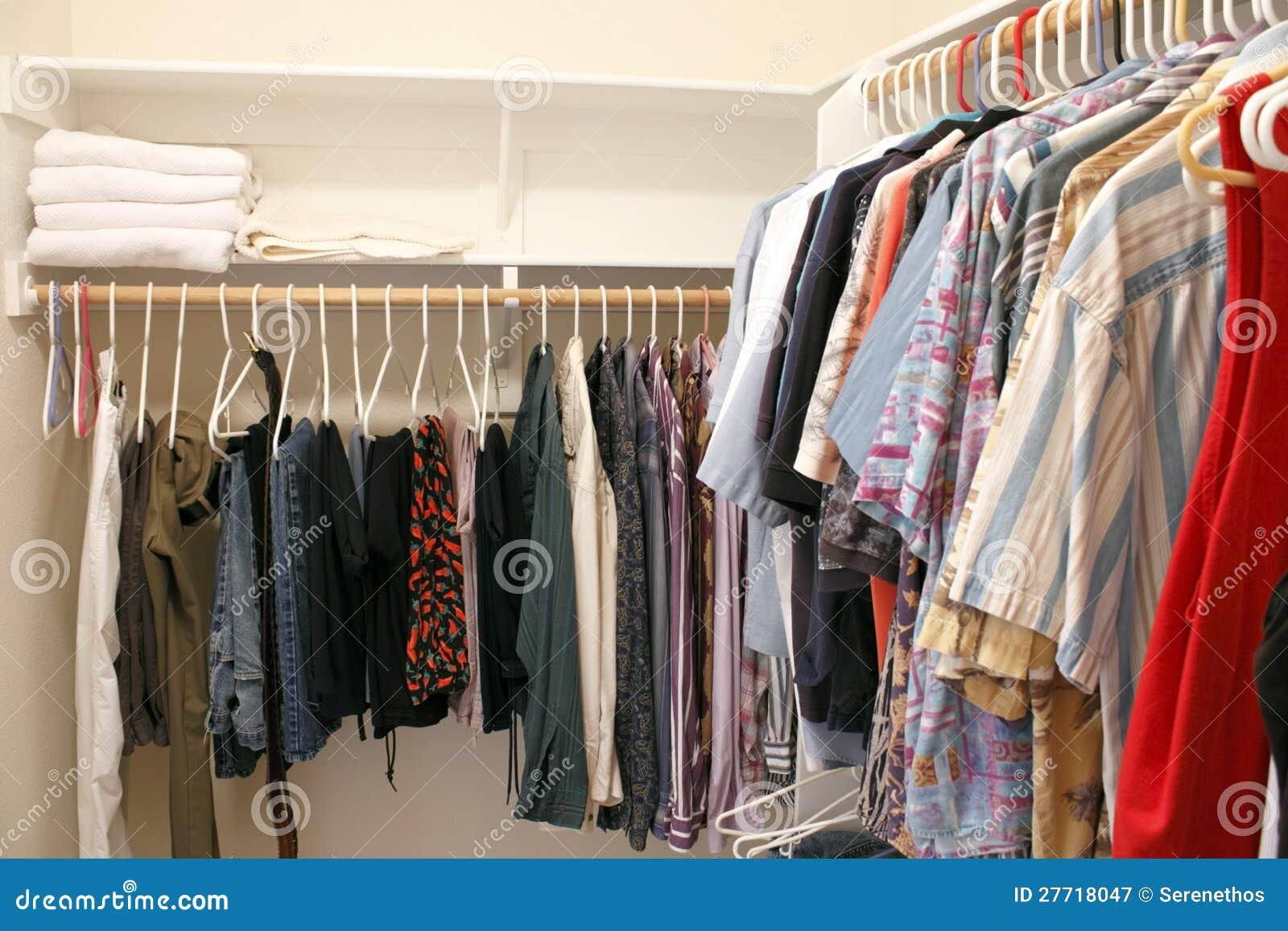 Ropa en un armario