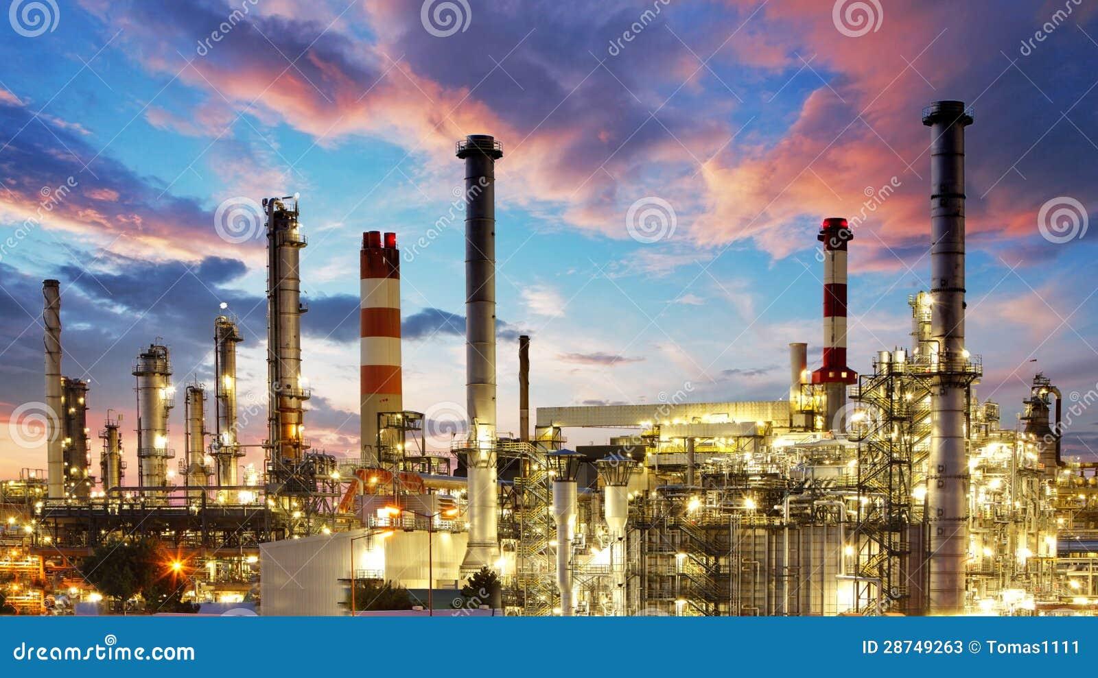 Ropa i gaz przemysł fabryka - petroche - rafineria przy zmierzchem -