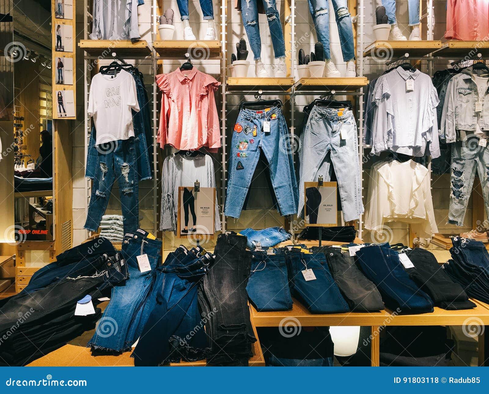7b208ddc80a4 Ropa Moderna De La Mujer Para La Venta En Tienda De La Moda Foto de ...
