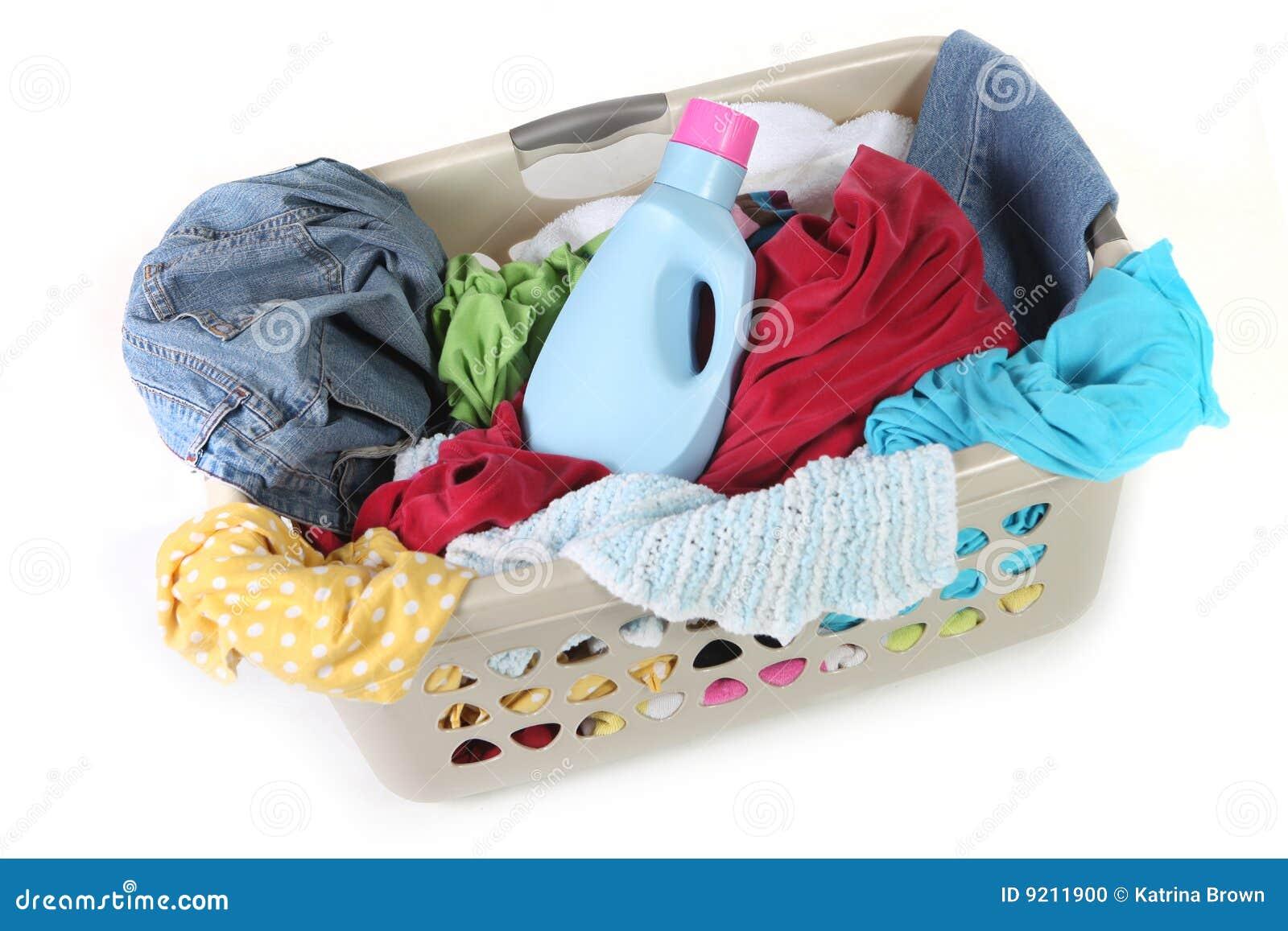 Ropa sucia en una cesta de lavadero que espera para ser wa - Cesta ropa sucia ...