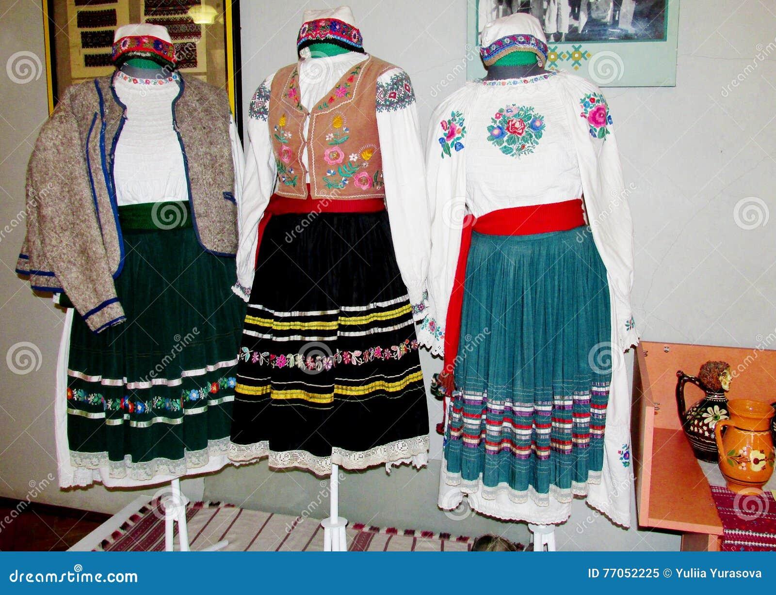 Ropa tradicional de la gente ucraniana
