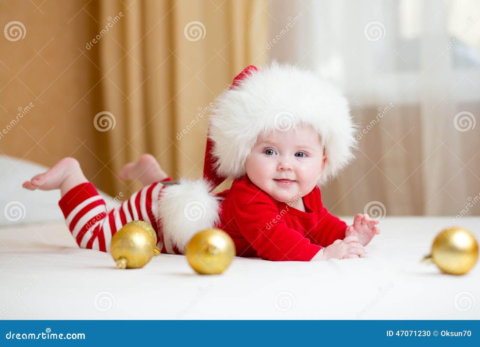 Ropa weared bebé lindo de la Navidad
