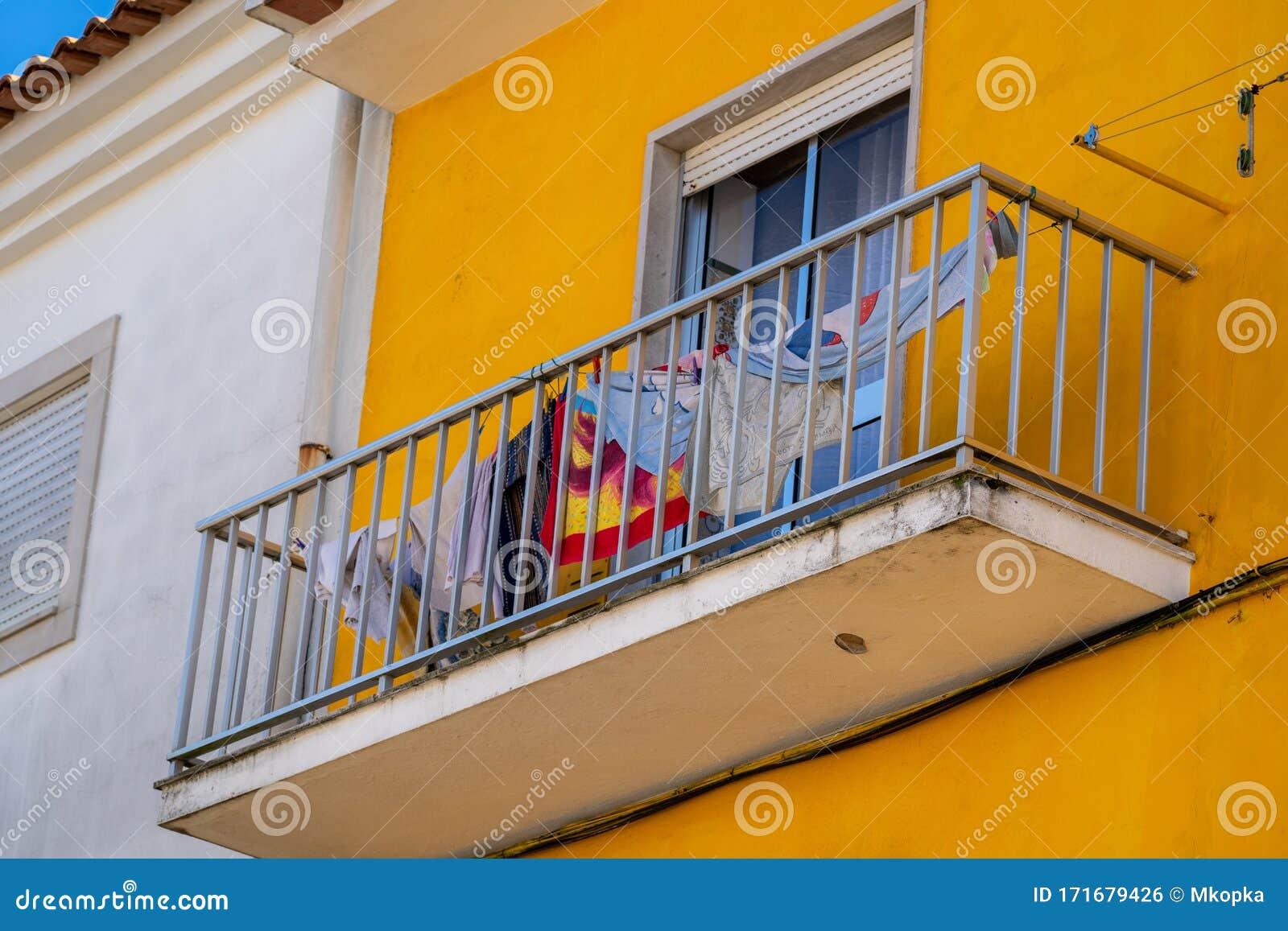 Ropa Y Toallas Colgadas En Un Tendedero Para Secar En Un Balcón De Un Edificio Amarillo Típico De Portugal Foto De Archivo Imagen De Tradicional Exterior 171679426