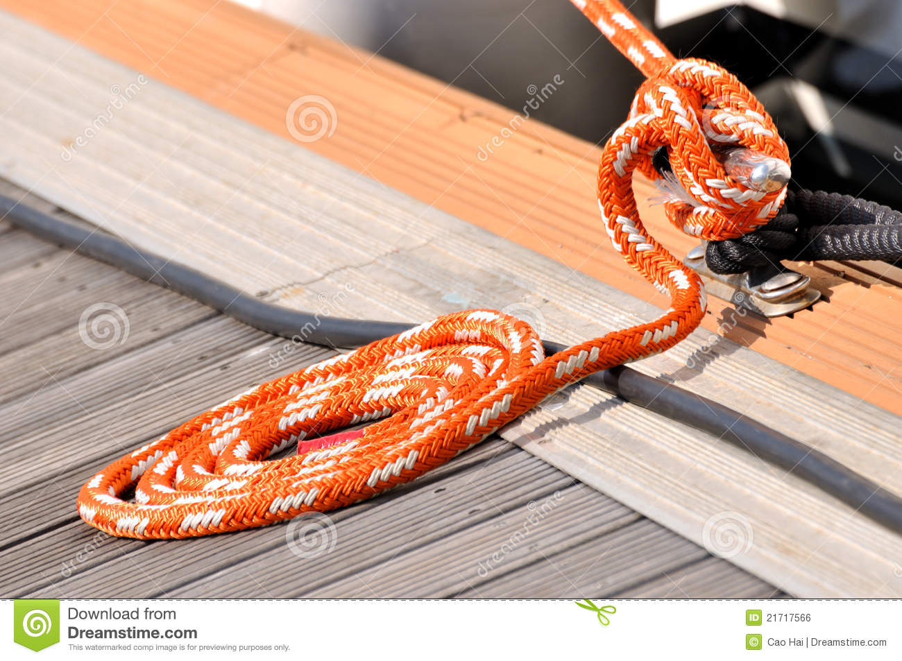 Rope of boat twist into circle on dock