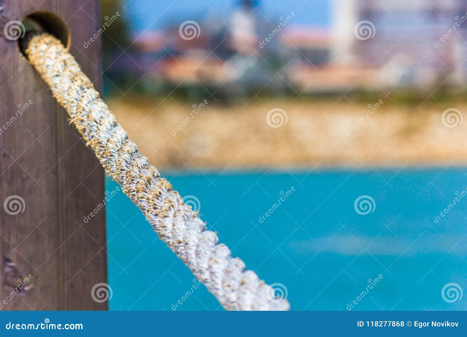 Rope les balustrades faites en corde contre la mer bleue, plan rapproché