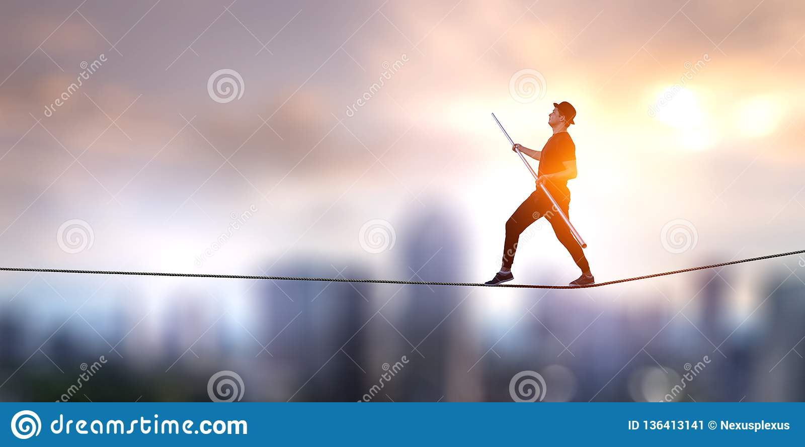 Ropewalker valiente en el cable Técnicas mixtas