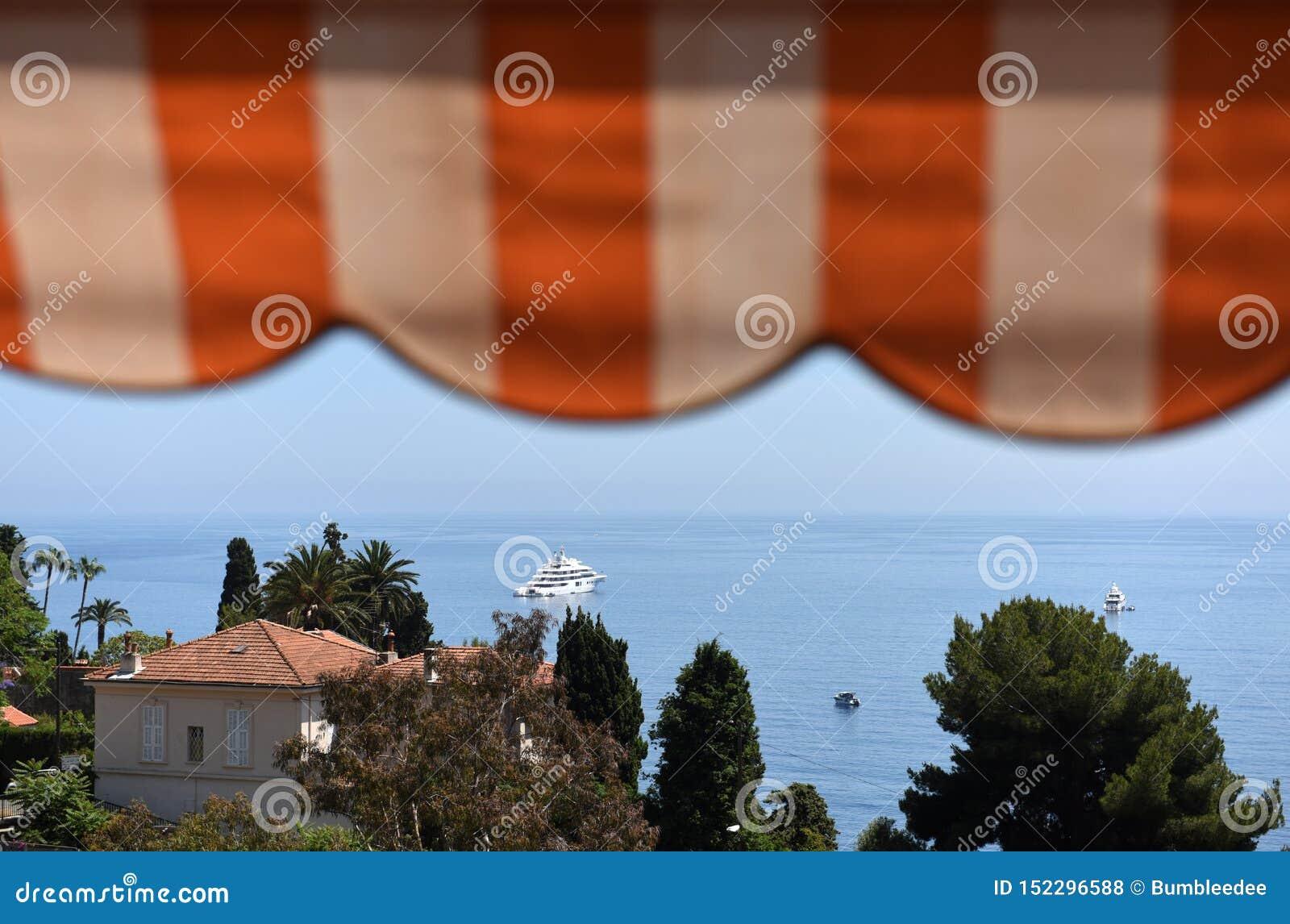 "Roquebrune-ΚΑΠ-Martin, Προβηγκία-Alpes-Côte δ ""Azur, Γαλλία Υπόστεγο δ ""Azur γαλλικού Riviera"