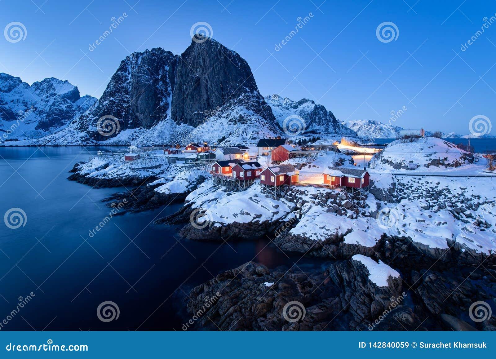 Rorbu καμπινών Fishermen's στο χωριό Hamnoy στο λυκόφως στη χειμερινή εποχή, νησιά Lofoten, Νορβηγία