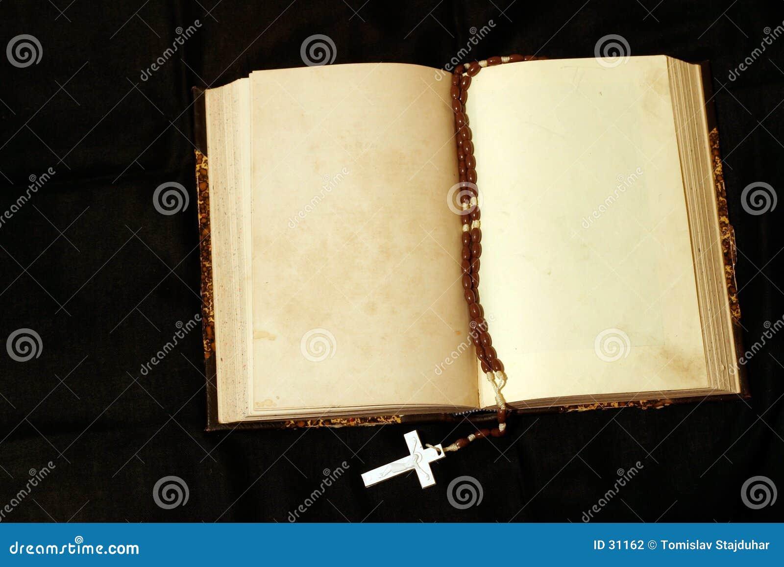 Rosário e livro vazio das páginas