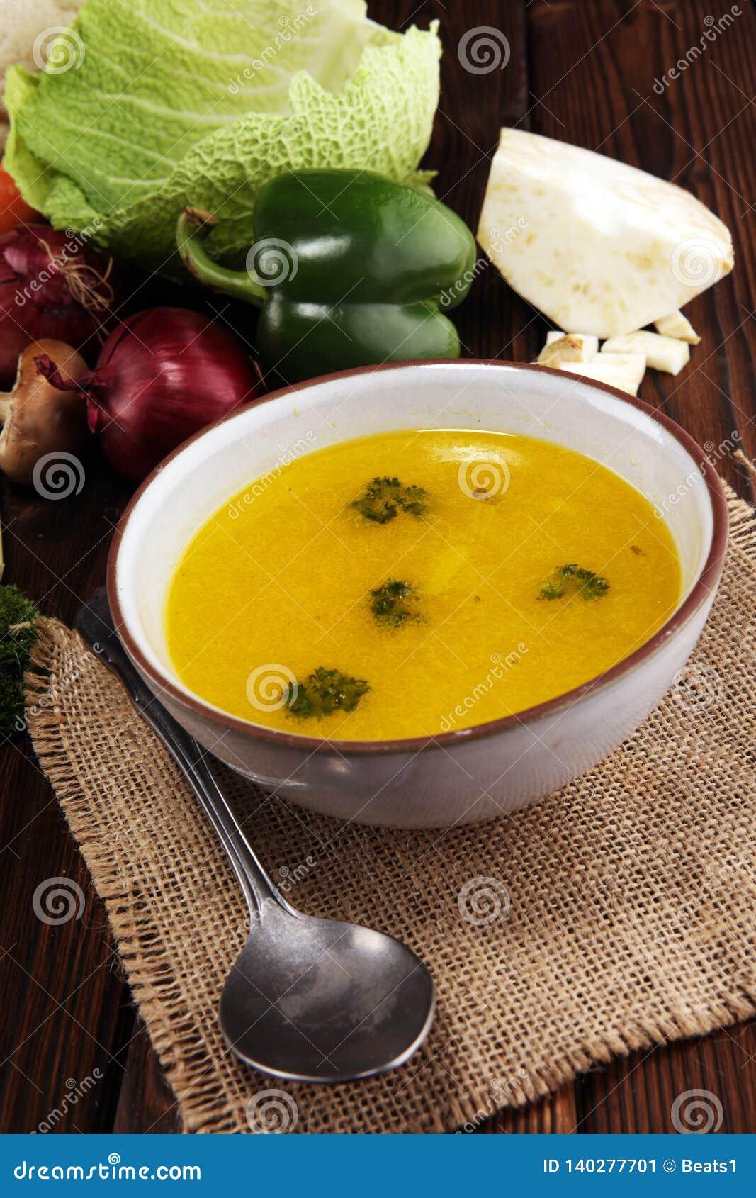 Rosół z marchewkami, cebul różnorodni świezi warzywa w garnku - kolorowa świeża jasna wiosny polewka Wiejski kuchenny sceneria ja