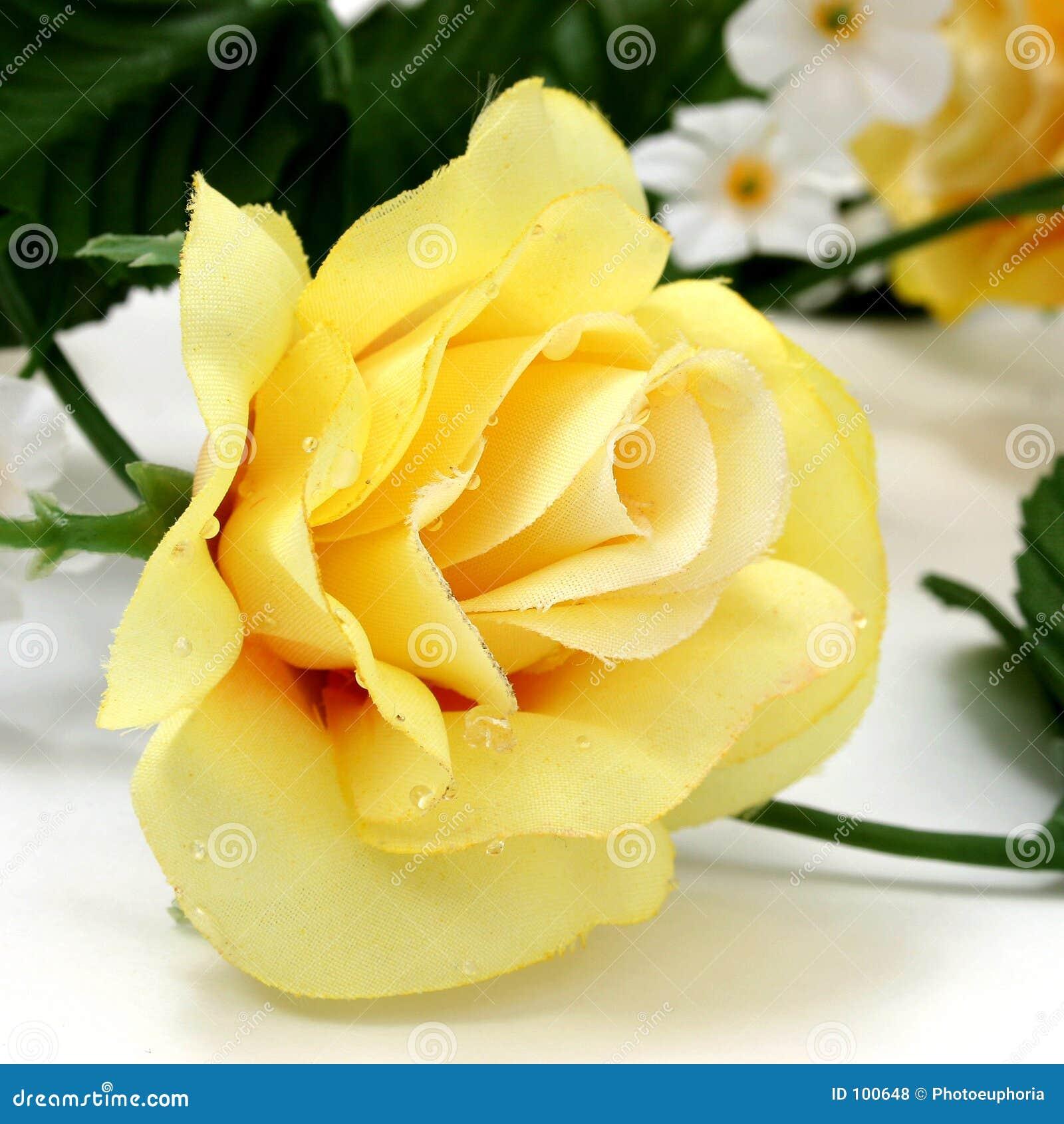 Rosa amarela artificial com grande detalhe
